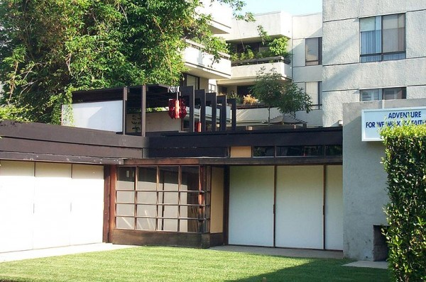 Condos built in 1981 on the north side of the Schindler House north side stare down onto the garden area in this 2001 photo. (Photo by Allen Ferguson – Courtesy of Wikipedia Commons)